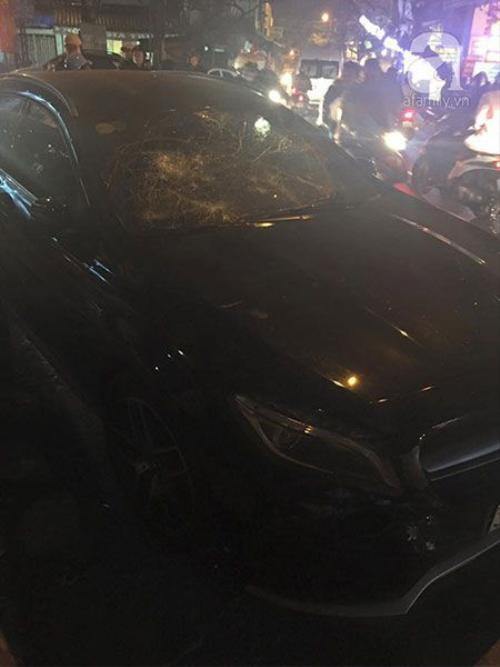 Chiếc xe bị đập kính do cô gái cố thủ bên trong.