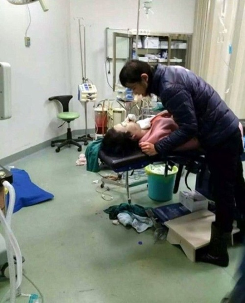 Huang từ Hong Kong tới Thâm Quyến phẫu thuật do chi phí ở đây rẻ hơn. Ảnh: CEN