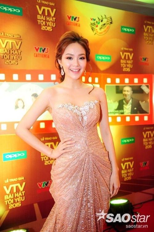"""Một người đẹp khác cũng trở thành tâm điểm chú ý là Minh Hằng. Với bộ đầm dạ hội lộng lẫy, giọng ca """"Yolo"""" như một bà hoàng trên thảm đỏ."""