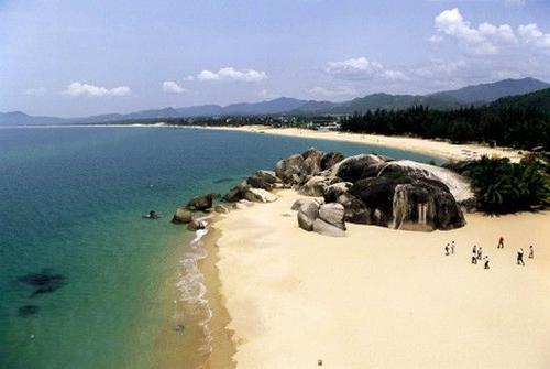 Biển xanh cát trắng và nắng vàng ở đảo Hải Nam.