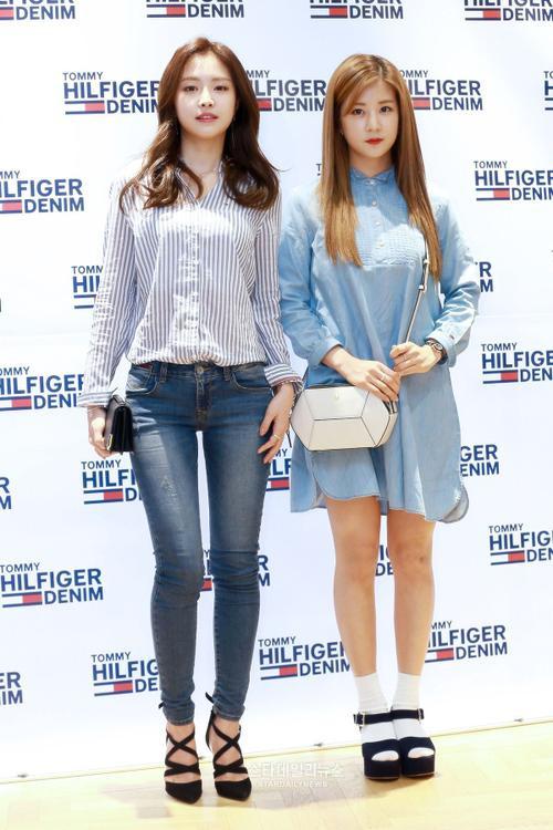 Hôm 23/3, loạt sao Kpop đến dự sự kiện ra mắt bộ sưu tập Xuân hè 2016 của một nhãn hiệu thời trang lớn, trong số đó gây chú ý là 2 thành viên Son Na Eun và Park Cho Rong của nhóm A Pink.