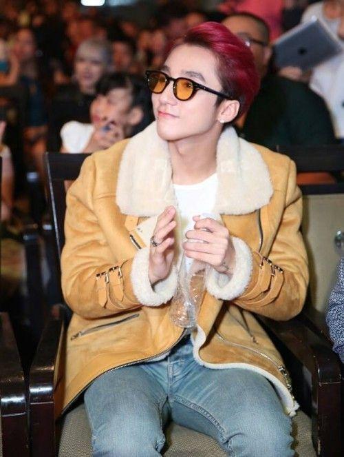 Sơn Tùng không hổ danh là fan G Dragon khi chàng cũng mua cho mình một chiếc kính tương tự thần tượng.
