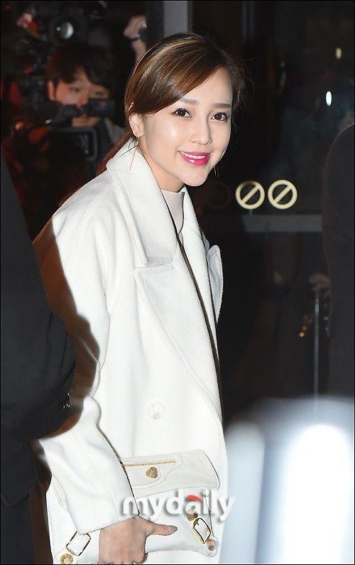 Ayumi gây nhiều sự chú ý khi xuất hiện tại đám cưới, bởi trong quá khứ, Hwang Jung Eum từng nhiều lần tuyên bố không có quan hệ tốt đẹp với thành viên này