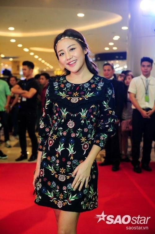 Văn Mai Hương xinh đẹp đến tham dự buổi công chiếu.