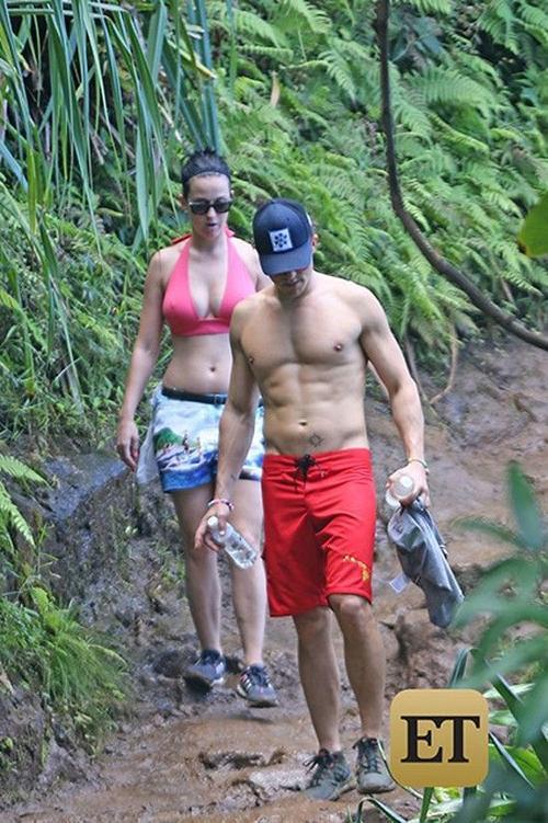 """Trong thời gian nghỉ tại Hawaii, Katy và Orlando tham gia các hoạt động ngoài trời như neo lúi, lái trực thăng … """"Kỳ nghỉ có vẻ như rất lãng mạn, họ cười đùa suốt"""" - nguồn tin nói tiếp."""