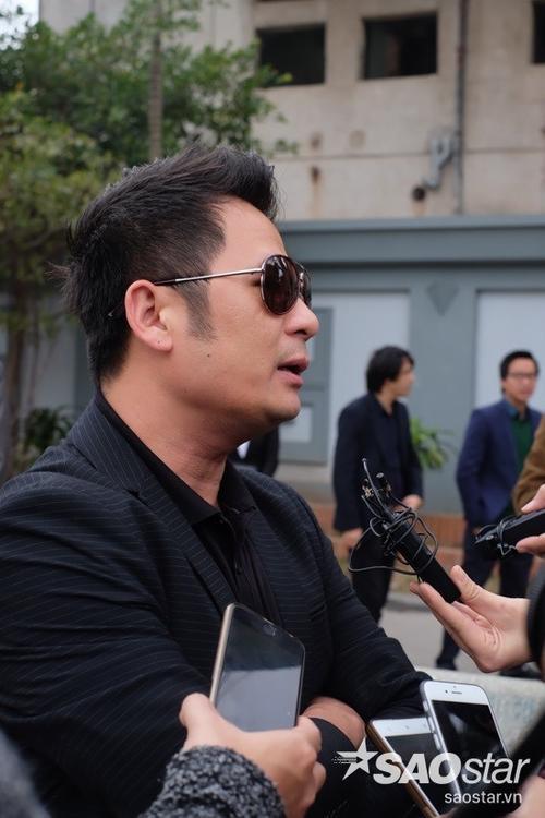 Bằng Kiều trả lời phỏng vấn cùng các cơ quan truyền thông.  Giọng ca hải ngoại chia sẻ về những kỷ niệm và ấn tượng của anh đối với nhạc sĩ Lương Minh.