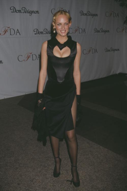 Năm 1998, tài tử điển trai trông thấy ảnh người đẹp Amber Valletta trên tạp chí và nhờ người đại diện tìm hiểu về cô.