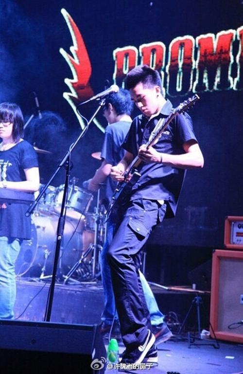 Hứa Ngụy Châu đi hát từ thời thiếu niên.