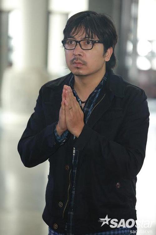 """""""Giáo sư Xoay"""" Đinh Tiến Dũng thành tâm trước linh cữu Phó ban Văn nghệ Đài TH Việt Nam."""