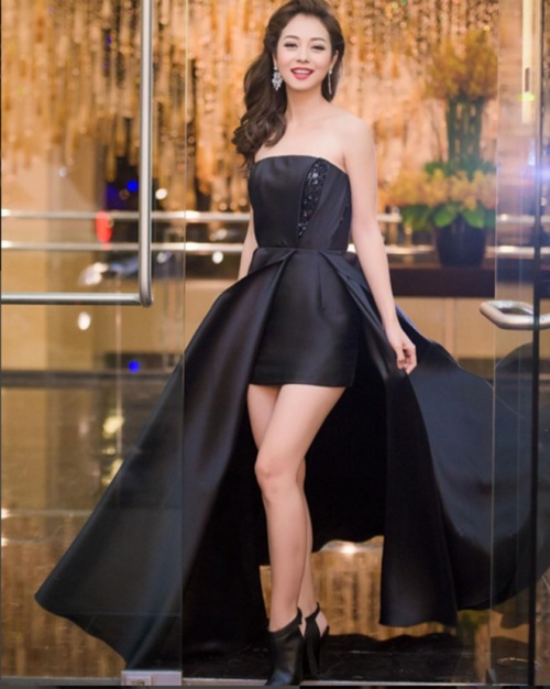 Jenifer chưa bao giờ để mình bị lu mờ tại các sự kiện, bằng chứng là nàng cực nổi bật trong thiết kế váy xòe đuôi cá khoe trọn đôi chân thon,