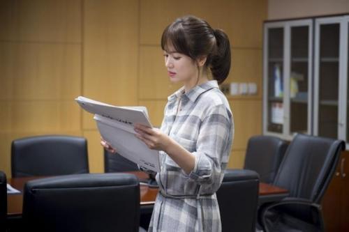 Song Hye kyo gần như rất ít diện trang sức trong Descendants of the Sun.
