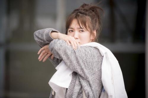Trang phục với màu sắc tối giản và không quá nổi bật của cô nàng trong phim.