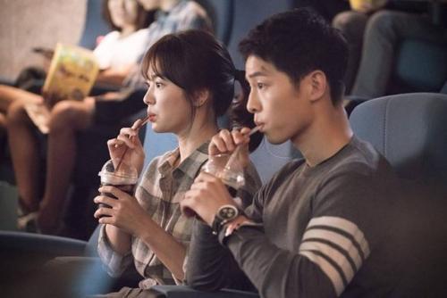 Hay họa tiết kẻ sọc cùng tông mau đất khi cô và Si Jin cùng đi xem phim.