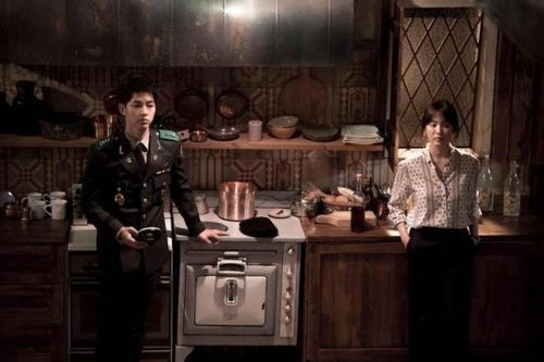 Dù rất hạn chế những set đồ họa tiết, nhưng stylist của phim đã rất tinh tế khi thi thoảng trong những dịp đặc biệt thì vẫn để Mo Yeon diện đồ hoa văn nhí. Như kiss scene trong phim chẳng hạn.