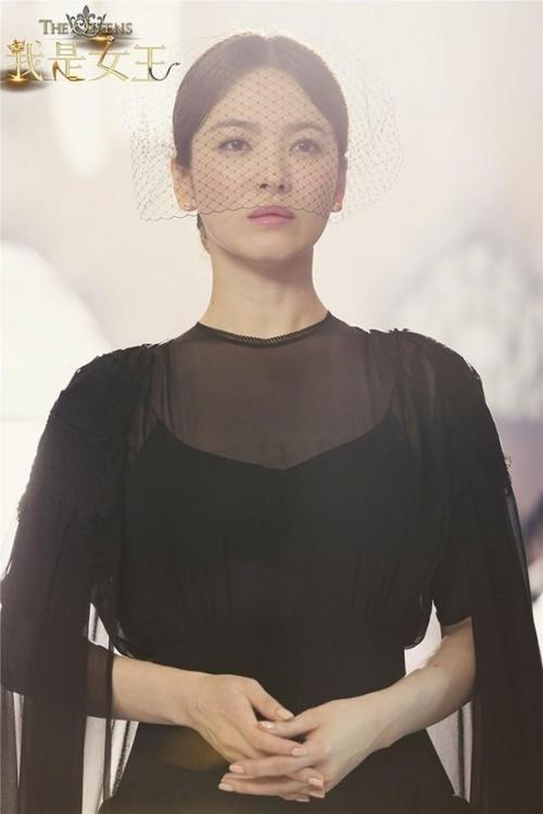 Trong chiếc váy đen see through bí ẩn cùng chiếc lúp đen sang trọng.