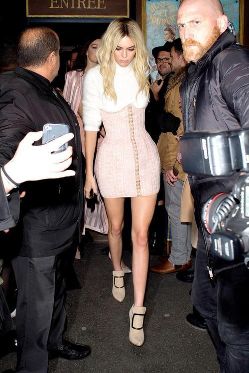 Kendall Jenner đang có mặt ở Paris, Pháp để tham dự tuần lễ thời trang tại đây. Hôm 3/3, chân dài đình đám cùng cô bạn thân Gigi Hadid đến dự một bữa tiệc tổ chức ở hộp đêm L'Arc.