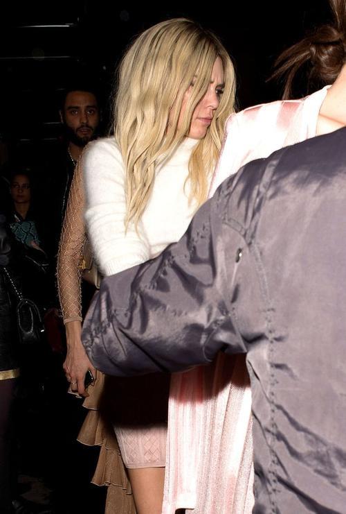 Vì bị đám săn ảnh tiến khá sát để tác nghiệp, Kendall tỏ ra khó chịu, cô nhăn mặt biểu lộ sự không hài lòng. Chân dài 20 tuổi xô xát với một paparazzi, cô vươn tay để đánh người này nhưng được quản lý và vệ sỹ can ngăn. Gigi cũng vào cuộc để bênh vực cô bạn.
