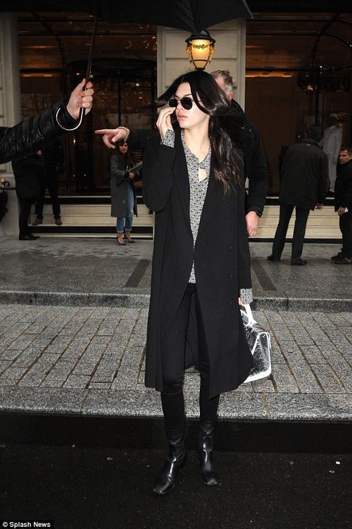 Sang ngày hôm sau, 4/3, Kendall được trông tháy rời khỏi khách sạn để đến show thời trang của Christian Dior. Em gái Kim để mặt mộc, diện trang phục tối màu ấm áp.