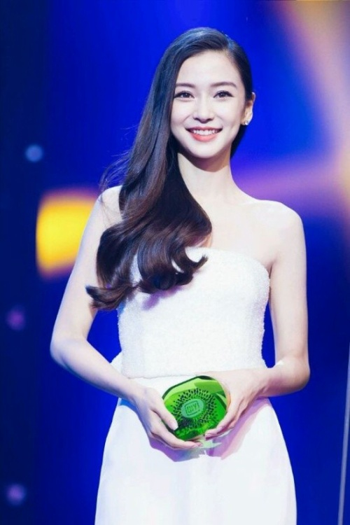 Làng giải trí Hoa ngữ chỉ có Đặng Tử Kỳ và Angelababy là nghệ sĩ được đánh giá cao , có sức ảnh hưởng.