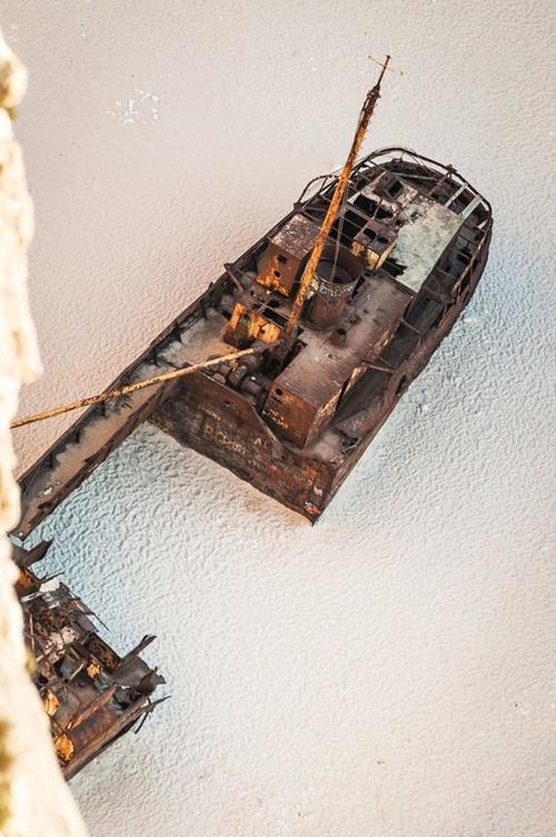 Thuỷ triều đã đánh dạt con tàu đắm này vào bờ. Xác của con tàu nằm trên bãi cát khiến nhiều người liên tưởng tới không gian của một câu chuyện cổ.