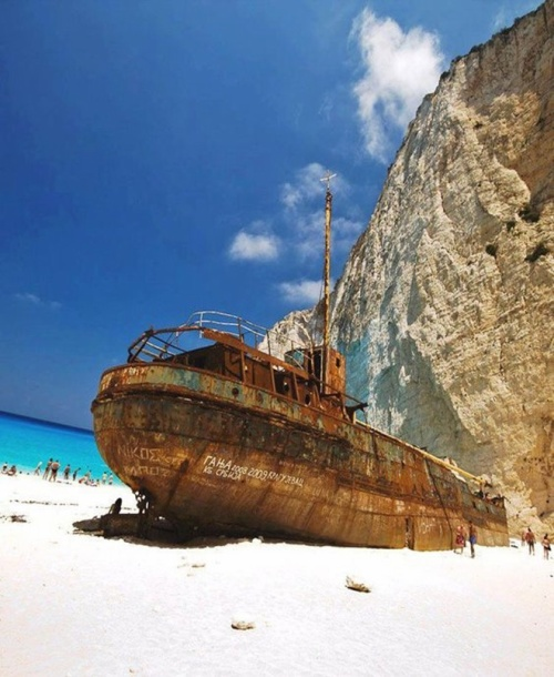 Con tàu đắm ở bãi biển Navagio.