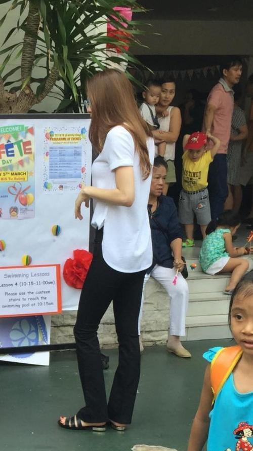 Hồ Ngọc Hà xuất hiện với áo phông trắng quần đen đơn giản tại trường con trai.