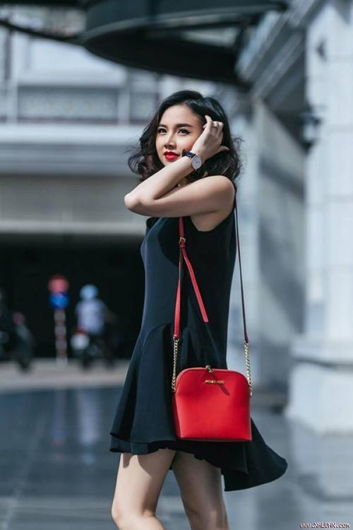 Váy mullet với Đinh Ngọc Diệp và túi đỏ làm điểm nhấn.