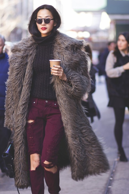 Cứu cánh cho chiếc áo đen bằng skinny màu rượu và hot trend áo fur coat.