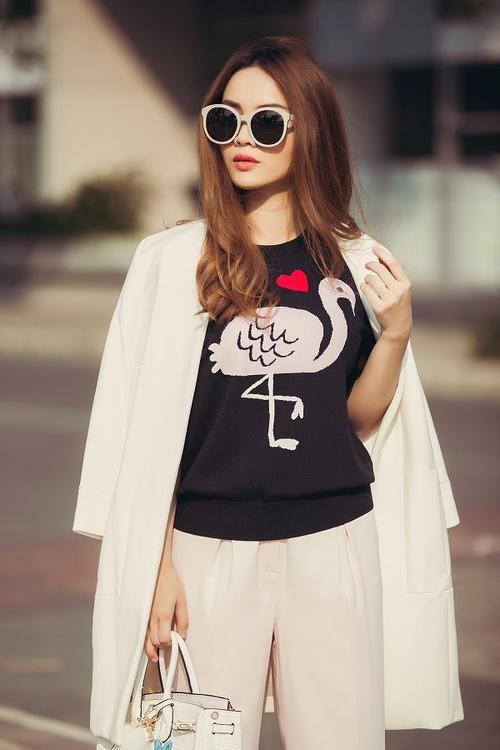 Bạn đang phân vân không biết sẽ phối chiếc T shirt đen ra sao ? thì đây là gợi ý cho bạn, white on white với vest dáng dài và quần tây ống đứng cùng màu.