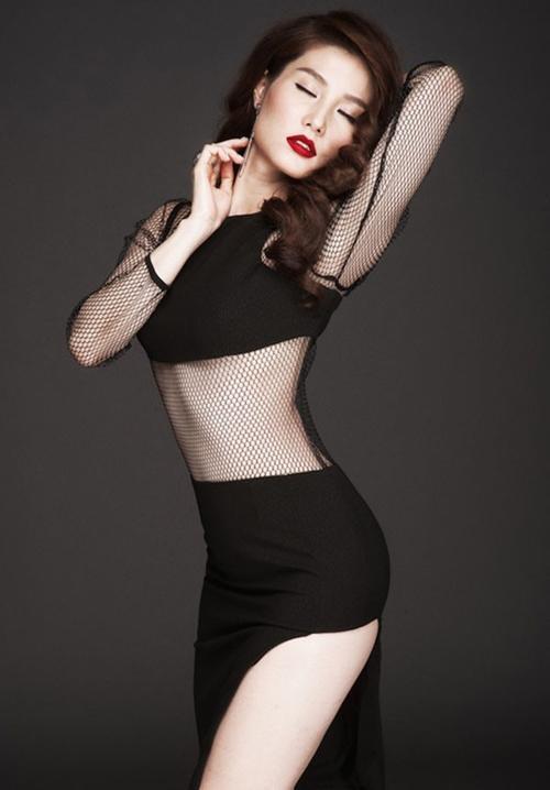 Quyến rũ với Diễm My 9x với chiếc váy see through đen xẻ tà, để lộ vòng 2 thon gọn.