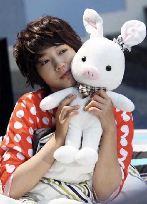 """Hay em """"thỏ heo"""" mà anh chàng Hwang Tae Kyung hì hục tự chế cho cô nàng Go Mi Nam trong phim You're beautiful cũng cực kì được nâng niu."""