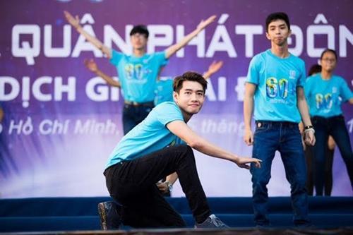 Màn nhảy flashmob thú vị và ấn tượng của Quang Đăng cùng các bạn sinh viên.