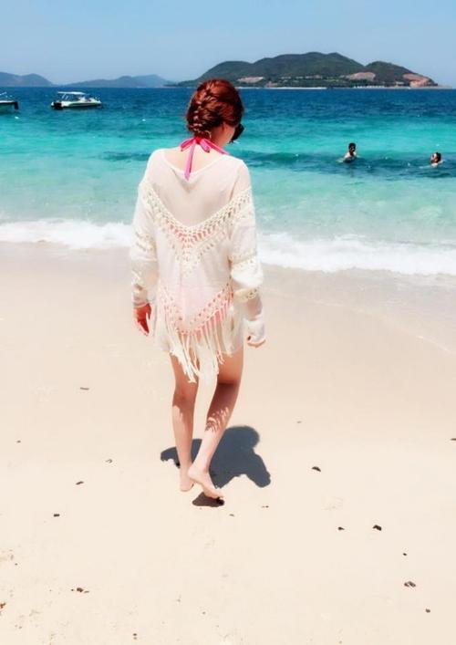 Và nàng vẫn rất trung thành khi diện cả tóc tết ra bãi biển.