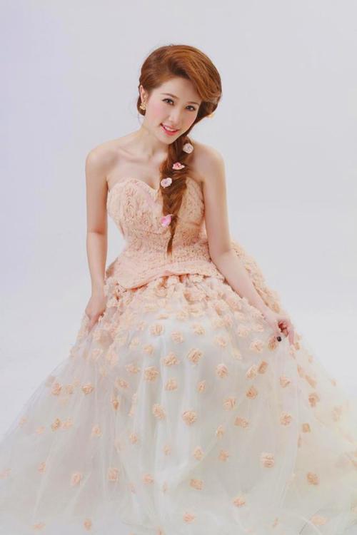 Bảo Thy ngay lập tức hóa thân thành nàng công chúa dịu dàng và ngọt ngào chỉ với vài bông hoa đính trên bím tóc thả bên vai.