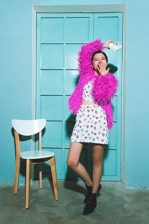 Pha trộn đâu đó là một vài chi tiết của thời trang thời 60s với mini dress và chuỗi hạt ngọc dài quanh cổ.