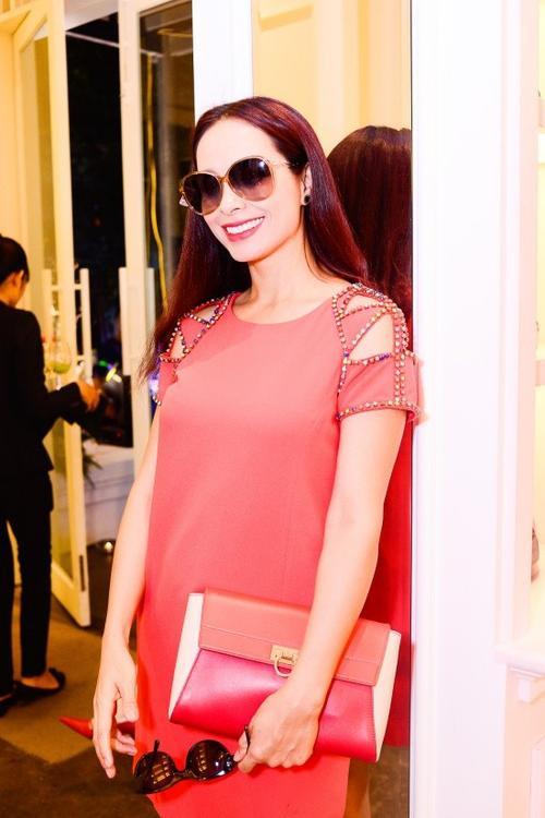 Ngoài King Lady, buổi ra mắt một thương hiệu thời trang còn có sự tham dự của Thúy Hạnh. Cựu người mẫu nổi bật trong bộ cánh và phụ kiện cùng tông đỏ.