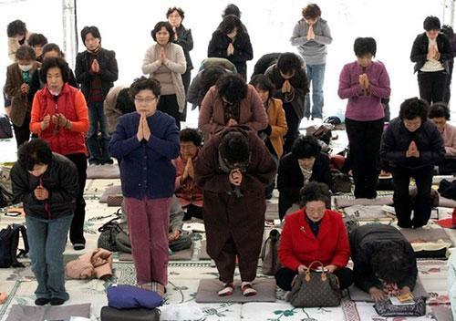Cha mẹ Hàn cầu nguyện trong chùa trong kỳ thi đại học. Ảnh: Thúy Quỳnh.