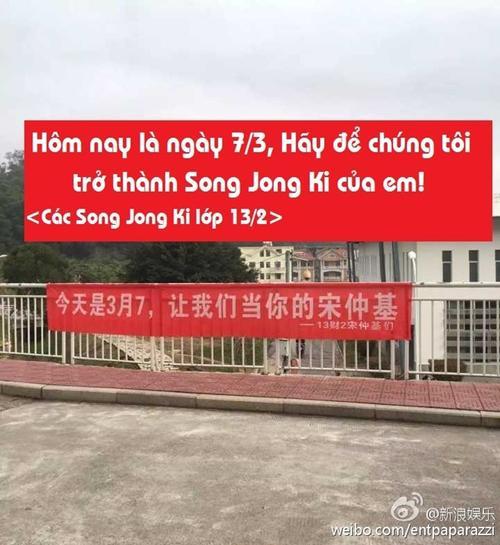 """""""Hôm nay là ngày mùng 7 tháng 3, hãy để chúng tôi trở thành Song Joong Ki của em"""""""