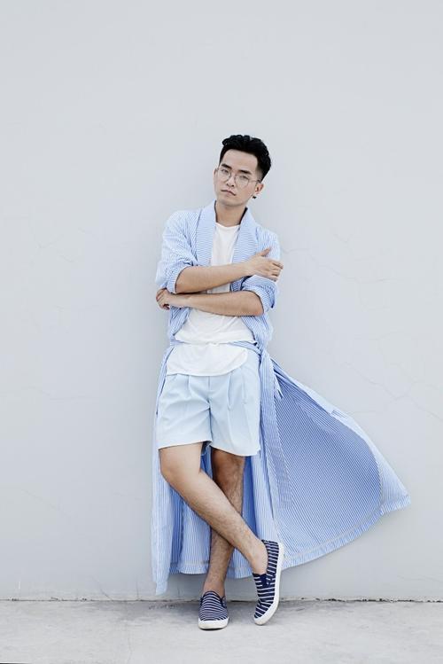 Học cách phối màu cùng Phạm Hồng Phước khi chàng chọn áo coat sọc da trời và short cùng tông màu