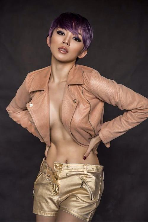 """Với người đẹp có thân hình """"chuẩn từng centimet"""" như Tóc Tiên thì việc lựa chọn make up tông màu nude là một chọn lựa cực kỳ thông minh khi show up triệt để vẻ đẹp gợi cảm của cô nàng."""