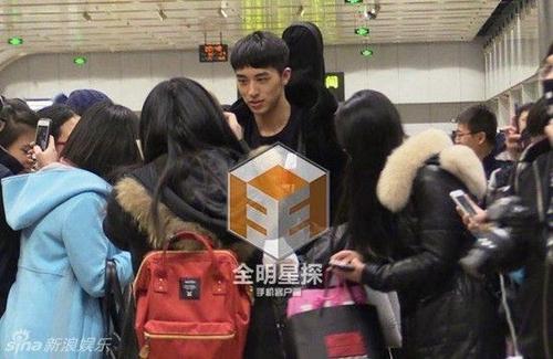 Đám đông bao vây Ngụy Châu khi anh xuất hiện.