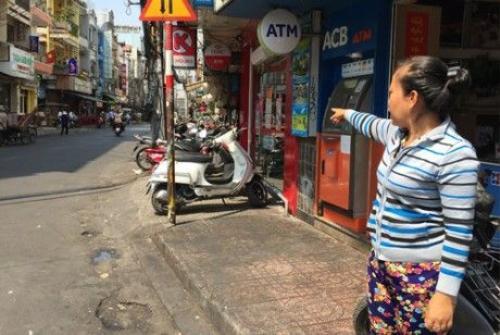 Chị Ánh, người bán bánh mì kể lại diễn biến chứng kiến bé Ng. bị đối tượng bắt lên xe máy chở đi.