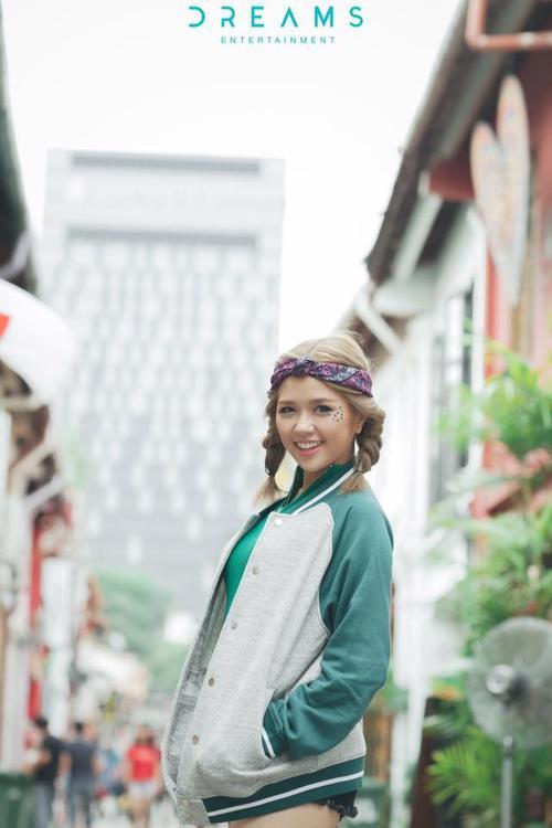 Phá cách cùng khăn turban họa tiết floral.