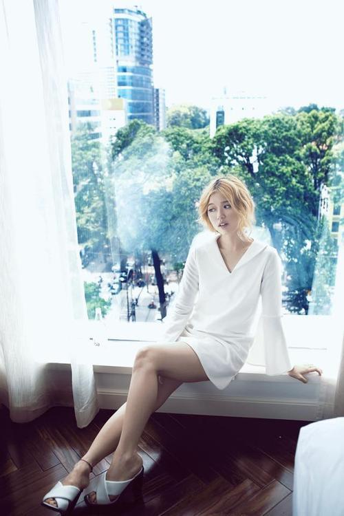 Nữ tính trong trang phục ton sur ton trắng.
