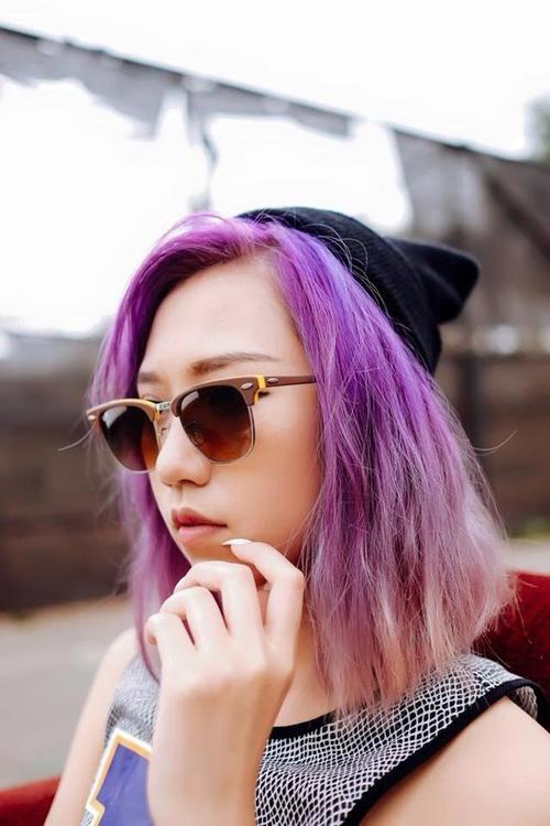 Để có được tông tóc tím mộng mơ này thì việc bắt buộc bạn phải làm chính là tẩy tóc, vì vậy hãy chắc rằng bạn đã chọn đúng nhãn hiệu nhuộm tóc uy tín nếu như không muốn tóc mình trở nên khô và xơ đi.