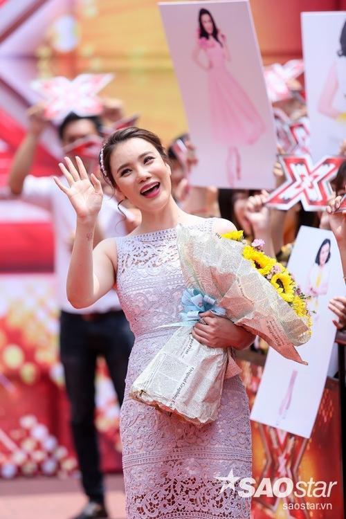 Cô vui vẻ vẫy tay chào fan hâm mộ.