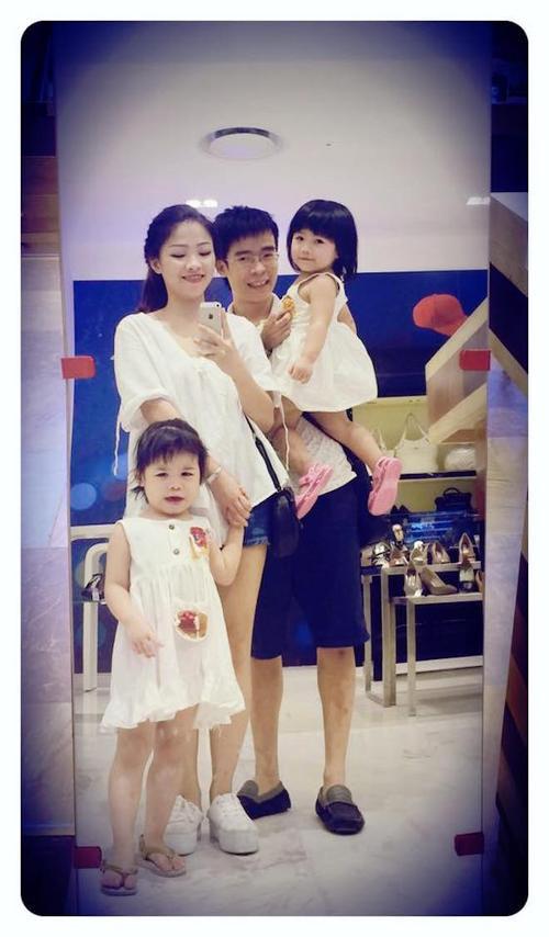 Miu cùng bố mẹ và em gái.