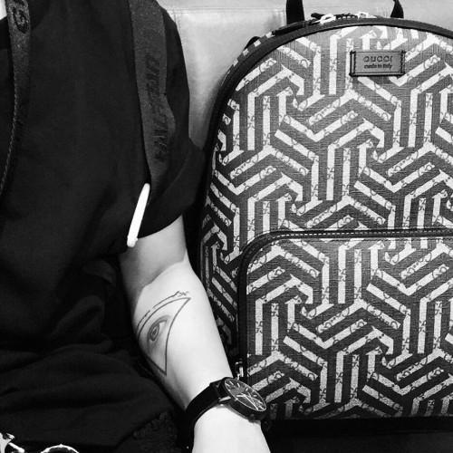 Trong phần giới thiệu, Kelbin được Gucci nhắc đến như là một nhà thiết kế có gu tại Việt Nam, bên cạnh đó còn khẳng định phong cách unisex vô cùng sành điệu của Kelbin.