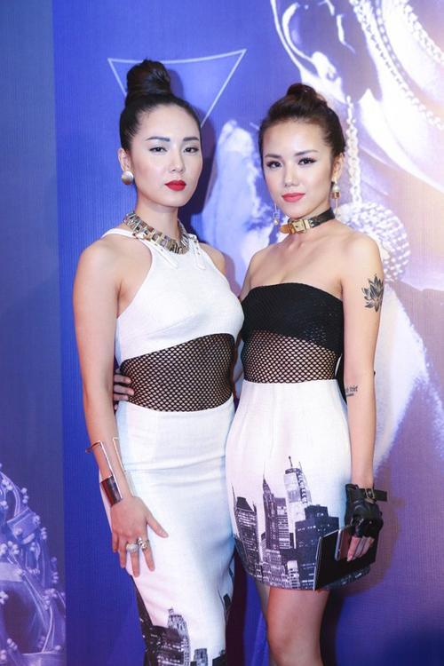 Cả hai cô gái luôn sở hữu thân hình S line cực kỳ quyến rũ, trong thiết kế của NTK Chung Thanh Phong.