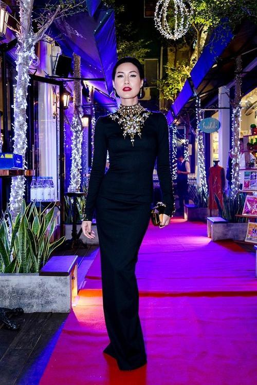 Cô mặc trang phục của nhà thiết kế Chung Thanh Phong với thiết kế ôm sát tôn vóc dáng gợi cảm với phần cổ được thiết kế cầu kỳ.